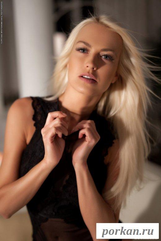Сногсшибательная блондинка в чулках