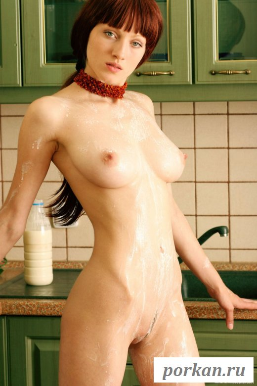Сексуальная девушка обливает себя молоком