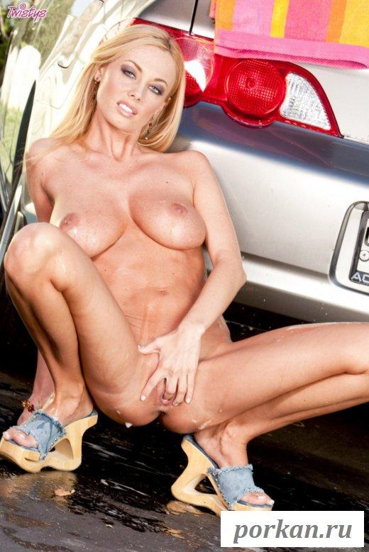Горячая строняшка сексуально моет себя и машину
