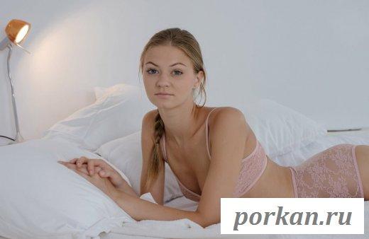 Милашка обнажила молодые сиськи в постели