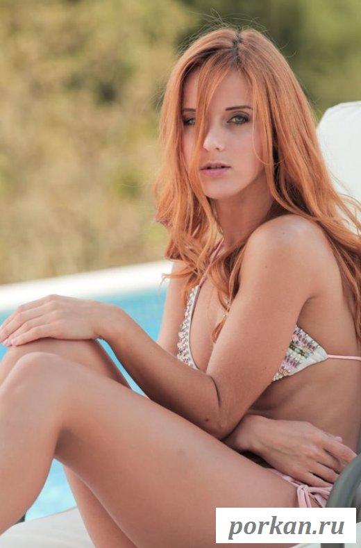 Худенькая красотка оголилась у бассейна