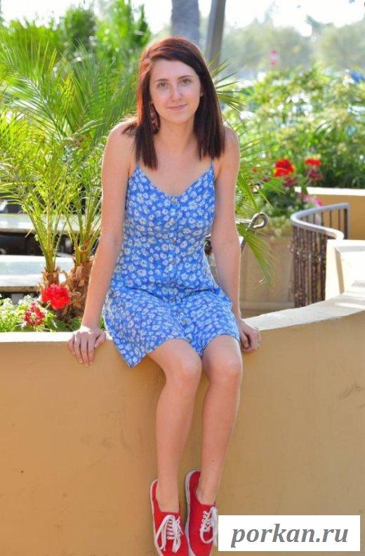 Смазливая шалунья задрала платье на улице