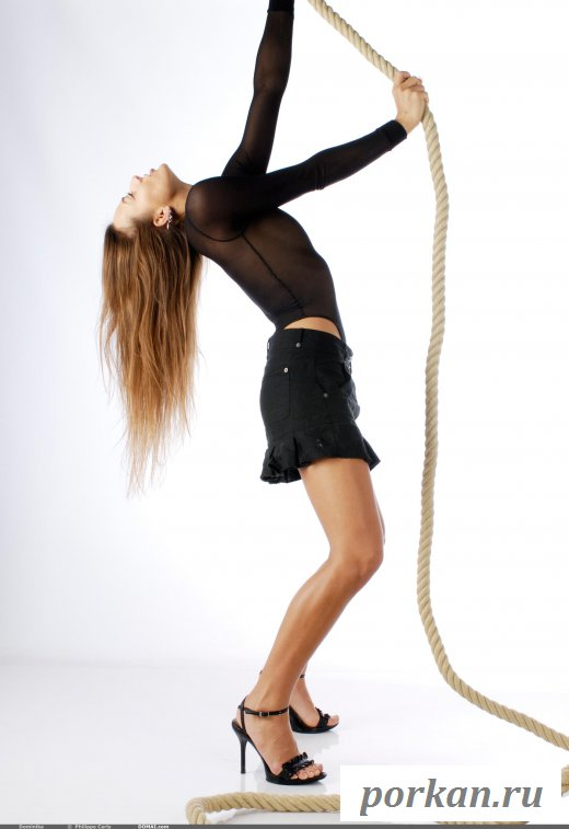 Девушка эротично позирует позирует с веревкой