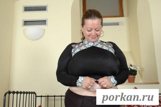 Пышка показала обнаженную шмоньку