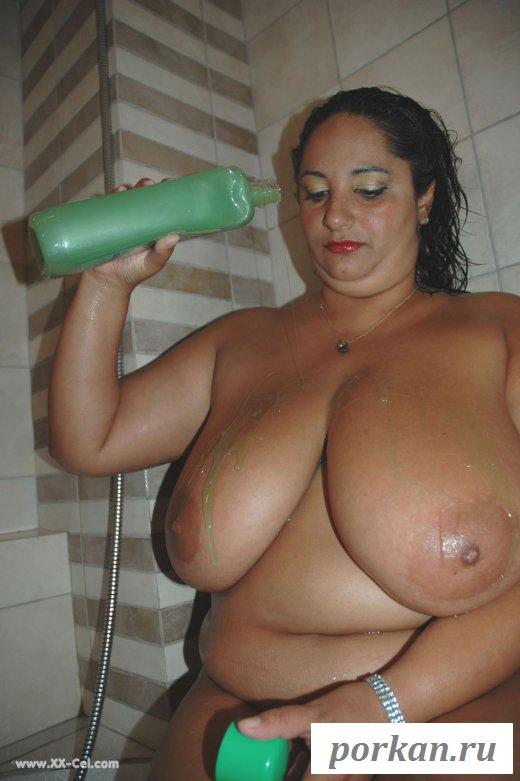 Роскошная женщина намыливает раздетый зад