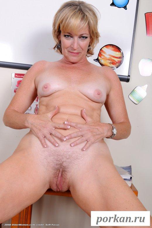 Шикарная леди разделась на рабочем месте