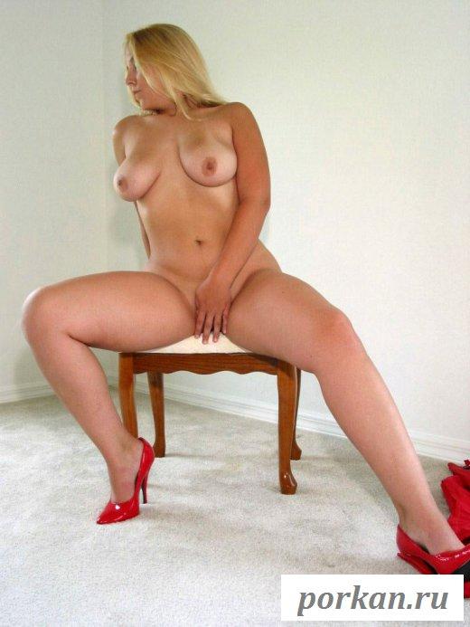 Раздетая блондинка сменяет позы