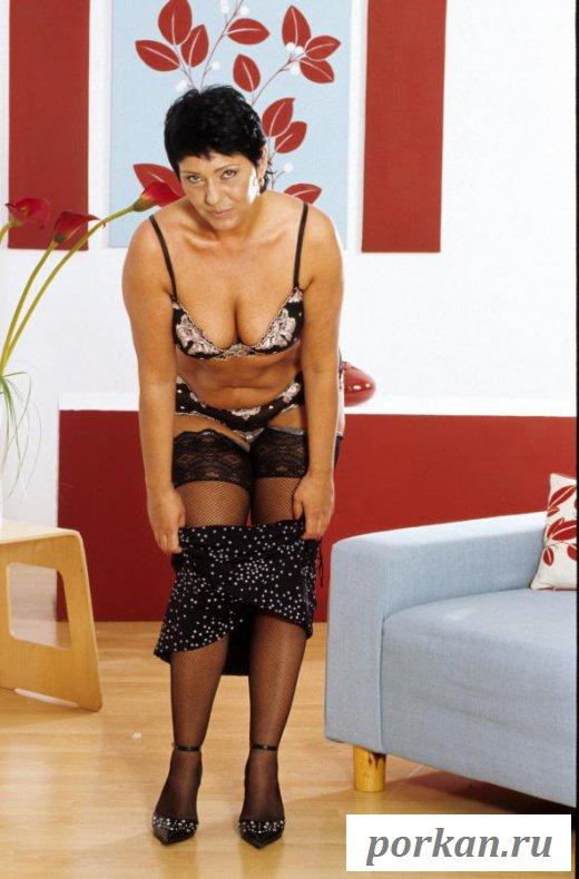 Раскрепощенная леди разделась перед камерой