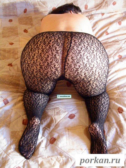 Соблазнительная женщина эротично показала зад