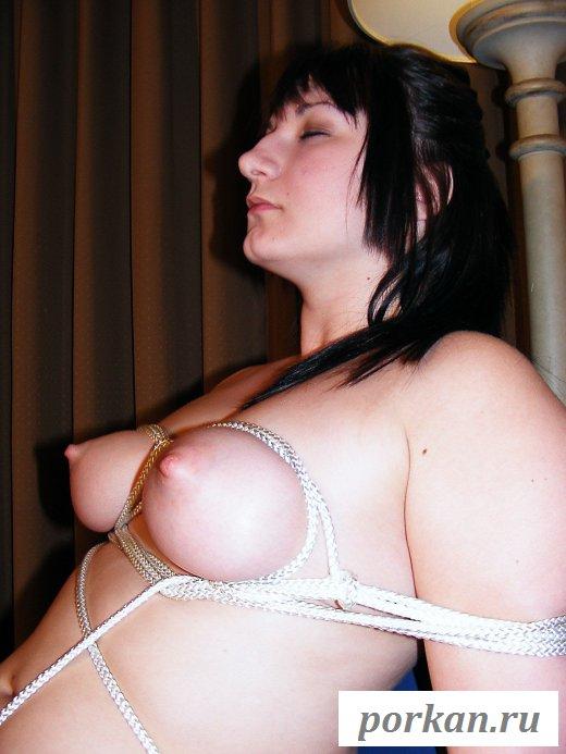 Обнаженная девушка сочно обмоталась веревкой