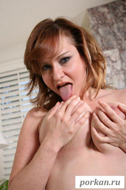 Гибкая женщина показывает голую грудь