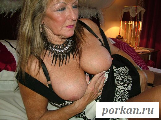 Прекрасная бабушка эротично раздела буфера