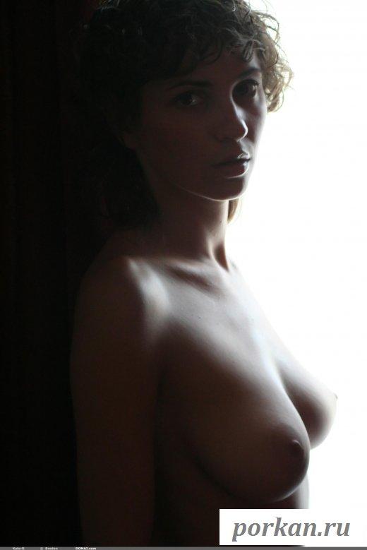 Обнаженная женщина с загорелой грудью