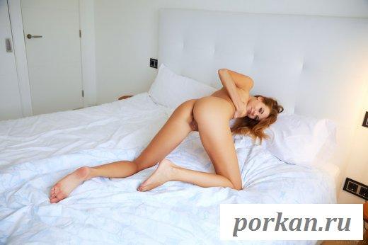 Девица обнажается на постели - фото