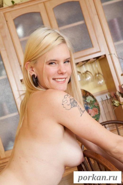 Блондинка оголилась на кухне