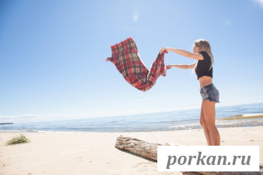 Девушка обнажила фигуру на пляже
