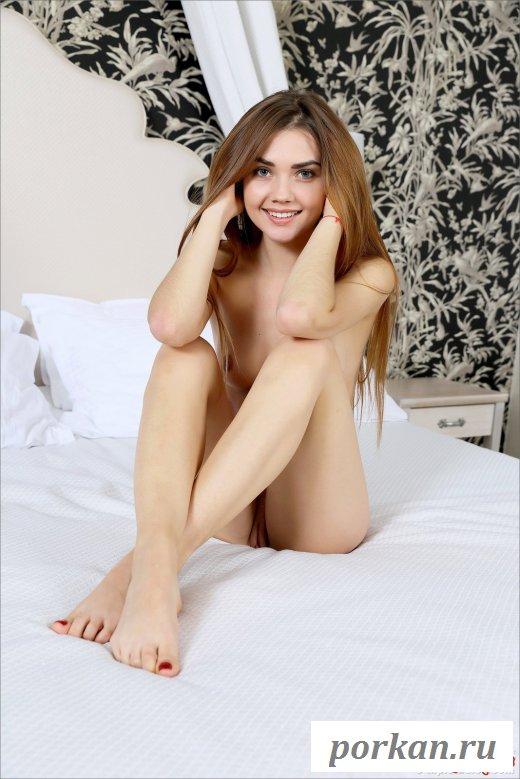 Красивая голая телочка в спальне - фото