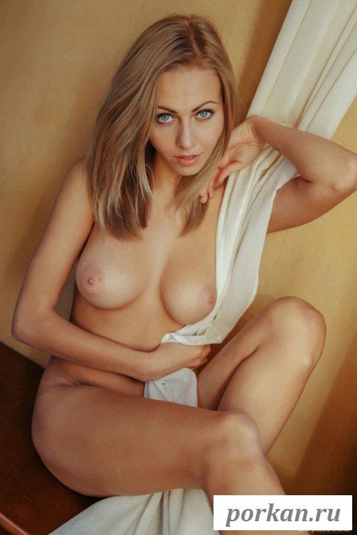 Красивая голая девушка у окна - картинки