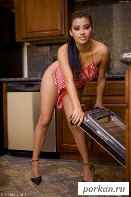 Сексуальная брюнетка фотографируется на кухне
