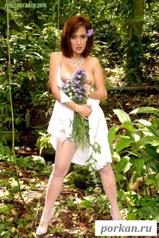 В кустах рыжая женщина в белом обнажается