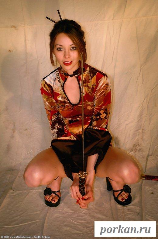 Японская девушка-самурай оголяется в студии