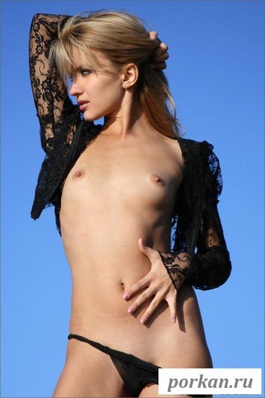 Голая плоская девушка на природе (фотографии)