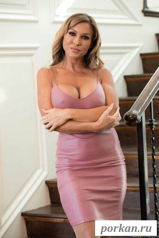 Голая сексуальная женщина показала роскошную грудь