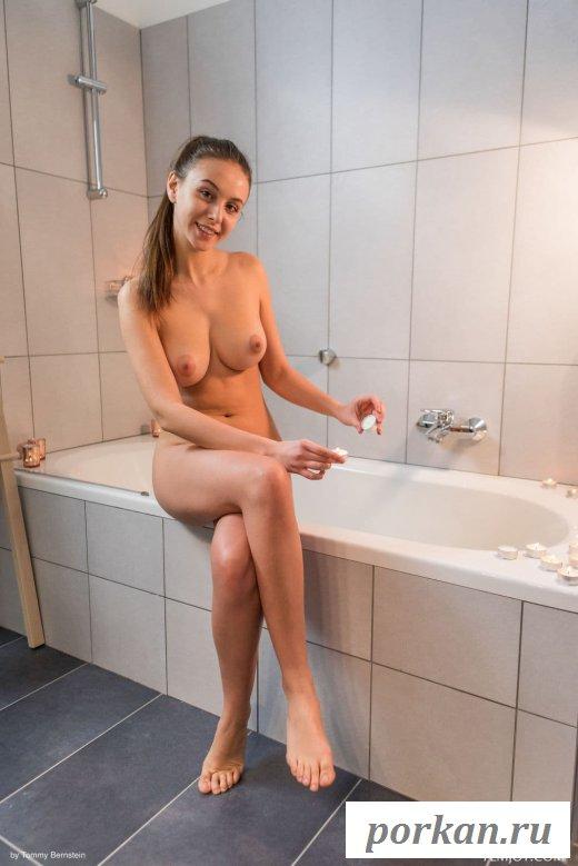 Красивая раздетая девушка в ванной (15 фото)